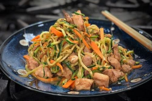 Zucchini Noodles w Chicken and Garlic - Easy China Recipes
