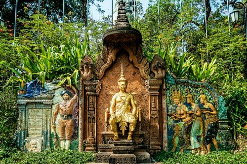 monument at wat phnom landmark temple in Phnom Penh Cambodia - Budget Cambodia Travel Guide